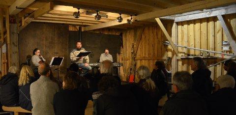 Cellist Karoline Brevik, oppleser og sanger Tore Granås,  på piano og sang Knut Anders Vestad. Foto: Jan-Vidar Olufsen.