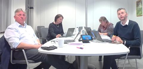 SA NEI: Til høyre i bildet ser vi ordfører Per Sverre Kvinlaug og varaordfører Malin Stokkeland, som begge mener Statkraft ikke bør få utsatt frist.