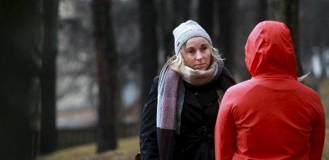 Over: Et mareritt er over for kvinnen som var siktet for vold mot sitt eget barn. Her sammen med sin forsvarer, advokat Kristin Fagerheim Hammervik.