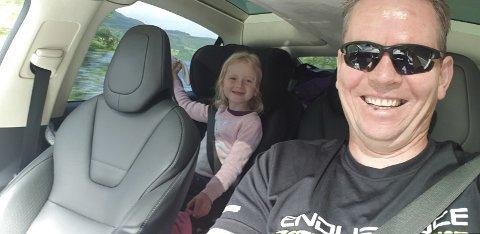 Emma og Kjetil er på roadtrip i elbil. De skal kjøre fra Bergen til Kirkenes og deretter til Murmansk.