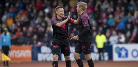 Ruben Yttergård Jenssen (t.v.) og Thomas Grøgaard feirer Branns første mål. Selv om det ble 1-1 noen minutter etter dette, fikk eliteserielaget etter hvert fritt spillerom. Til slutt vant Brann 6-1- over Arna-Bjørnar, men 4. divisjonslaget fikk med seg en skikkelig cupfest.