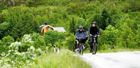 Syklister underveis langs FV820 Bøveien, i retning av Ryggedalstunellen. (Fra arkiv)