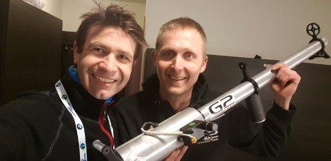 POTETKANON: Både Ole Einar Bjørndalen og Knut Ole Kopland er strålende fornøyd med potetkanonen Gym 2000 har utviklet for skiskytterkongen.