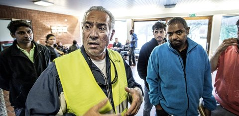 Lederskikkelse: Karim Abdulkarim (51) har fått en slags lederrolle blant beboere på mottaket. Han er også aktiv i et av arbeidsteamene. Karim og vennen Amanuel (35)(til høyre)  har vært ved mottaket i to måneder. De ønsker å komme seg i virke, og få trygghet for familiene sine.  alle foto: Geir A. Carlsson
