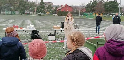 Det ble servert både to og tre porsjoner grøt, samt pepperkaker, før den unge popstjernen Martine Kjøniksen Reinsch underholdt med julesanger. Stemningen var spesielt høy da hun sang «All I Want» som hun nettopp har gitt ut på Spotify.