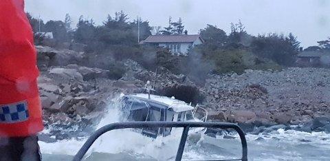 RØFFE FORHOLD: Det blåste godt på sjøen søndag morgen, og ved 05-tiden gikk en båt på grunn ved Ørekroken på Kirkeøy. Bergingsjobben ble for tøff for Redningsskøyta.