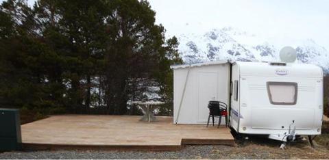 ØDE: På et avsidesliggende sted i Midt-Troms står blant annet denne campingvogna. Voldtekten skal ha skjedd inne i spikerteltet.