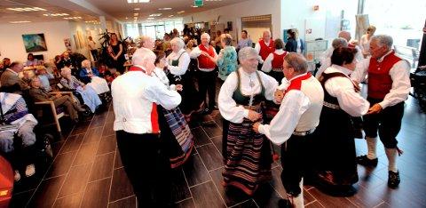 AKTIVE ELDRE: Veslemøy Leikaring har blant annet turnert rundt på alle sykehjemmene i Horten, til glede for beboerne og deres familiemedlemmer. Her fra en samling på Åsgårdstrand sykehjem i 2011.