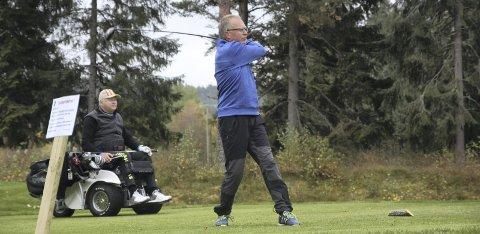 GLADE I GOLF: Steinar Skadsdammen og Roy Nesbakken er to av mange som bruker golfbanen flitting. Det burde flere gjøre, synes de begge.