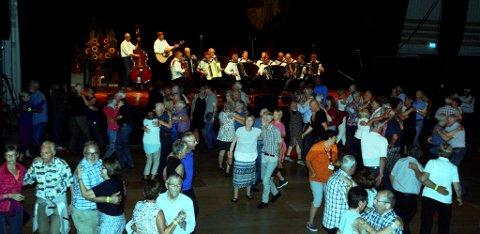 Folkåt på dansegolvet da Fron trekkspeklubb spelte opp i lagspelkonkurransen seint torsdag kveld.