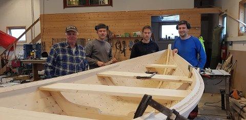 Her er deler båtlaget som har brukt vinteren på å lære seg å lage klinkbygdt trebåt. Fra venstre: Kjell Solberg, Arne Paulsrud, Bernt paulsrud og  Magnus Forrestad Swensen.