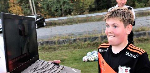 OJ!: Emil Aleksander Håkenstad-Solheim har hatt utfordringer med å sosialisere seg og slitt med selvtillit i oppveksten, men ble glad og målløs da SDvein-Erik Edvartsen dukket opp med videohilsen fra selveste Erling Braut Haaland og ti andre kjendiser.