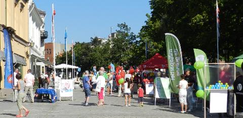VALGKAMP i GÅGATA: På lørdag var det umulig å gå gjennom gågata ved Busterudparken uten å få med seg et valgprogram eller flere.