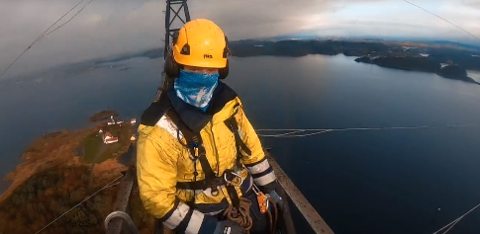 150 METER HØYT: Luftig utsikt over Karmsundet da Haugaland Kraft Nett AS og Kraftmontasje AS nylig skiftet blitslamper i fjordspenn-mastene.