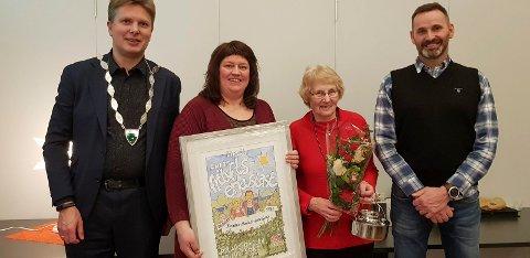 Ordfører Harald Lie overrakte prisen til Bente Sørmo (t.v) og  Annbjørg Heggli som representerer Brenna sanitetsforening. Pål Vinje er daglig leder for  Polarsirkelen Friluftsråd.
