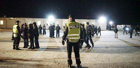 PÅPASSELIGE: Politiet passet godt på at beboerne ikke ble for nærgående da statsministeren var på besøk i november. Og det oppsto heller ingen uønskede situasjoner de måtte håndtere. BILDER: Ole-Tommy Pedersen