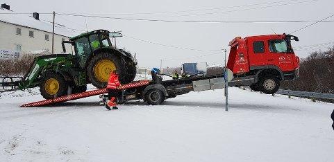 HAVNET UTENFOR VEIEN: Denne traktoren havnet utenfor veien rett ved Skiippagurra-krysset i Tana bru. Dermed måtte Rikart Sør-Reime i Varanger Bilberging trå til.