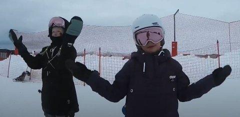 VENNSKAPSDANS: Zelia og Nora Hegge laget sin egen versjon av Blime-dansen - på snowboard. Bildet er et skjermdump fra videoen.