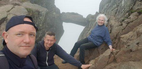 Djevelporten: Her har Marit Nygård Hopen (83) kommet seg opp Djevelporten, sammen med svigersønnen Tor Arne Mjøen og sønnen Stig Runar Hopen.