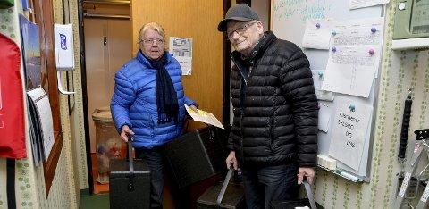 Klare for ukas kjøretur: Mari og Einar Grønn henter boksene med middag på Sel sjukeheim før de legger ut på runden sin.