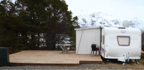 ØDE: På et avsidesliggende sted i Midt-Troms står blant annet denne campingvogna. Voldtekten skal ha skjedd inne i spikerteltet. Eierne av campingvogna har ikke noe med saken å gjøre.