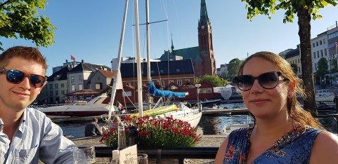 INNFLYTTING UTSATT: Silje Christine Mjøs (34) og Kjetil Mjøs (32) må nå finne seg et midlertidig sted å bo etter at overtagelsen av boligen i Son er utsatt i flere måneder.
