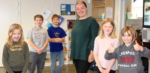 Kontaktlærer Hanne Johnsen er veldig glad for at S andøya Montessoriskole startet opp igjen virksomheten mandag. Nå er det skoledager for 13 elever fra 1. til 4. klasse. Her er det full skoledag helt til klokka 14.45 som vanlig. Hver dag er det litt uteskole i de flotte uteområdene på Sandøya.