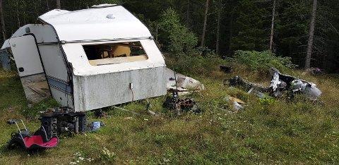 SØPPEL: En gammel campingvogn full av skrot og søppel er henslengt i naturen ved Nysetra i Hurum.