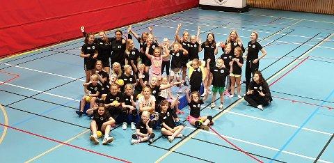 VEL GJENNOMFØRT: 32 unger deltok på årets håndballskole i Sætrehallen.
