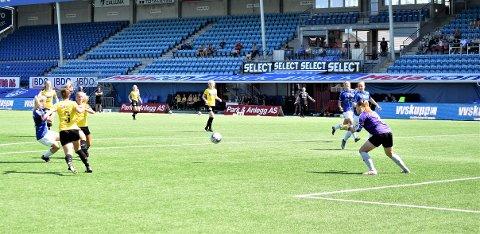 Storscorer Julie Stafne Gustad er tilbake i Sarpsborg 08-drakten igjen etter et opphold i Stabæk, og lørdag scoret 19-åringen superekte hat-trick i starten av 2. omgang i hjemmeoppgjøret mot Ottestad, et av bunnlagene i årets 2. divisjon. På dette bildet setter hun inn 4-2-målet etter 50 minutter. Sarpsborg 08 vant til slutt 7-2. (Foto: Kjetil A. Berg)