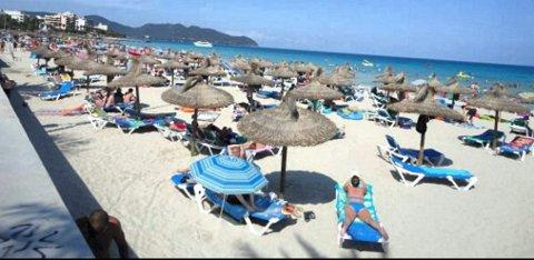 Reiseselskapene har fortsatt stor pågang fra folk som vil bestille Syden-tur, spesielt til Tyrkia og Spania, som f.eks. til Cala Millor, Mallorca. (Foto: Svein Tofteng, ANB) *** Local Caption *** Reiseselskapene har fortsatt stor pågang fra folk som vil bestille Syden-tur, spesielt til Tyrkia og Spania. Her fra stranda i Cala Millor, Mallorca.