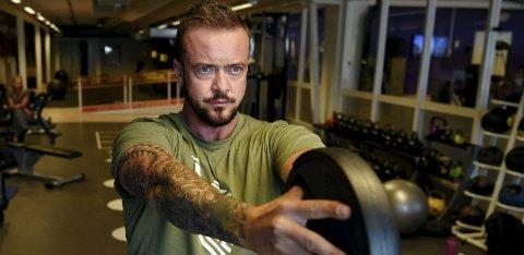 STYRKE: Fem ganger i uka trener Robin Bratlie styrke, for å forandre kroppen fra kvinne til mann i størst mulig grad. Han sier det hjelper å være sterk når man skal se ut som en mann. FOTO: Bjørn Harry Schønhaug