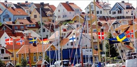 STRÖMSTAD 20020711: Miljøet er internasjonalt på den svenske vestkysten, men ingen er så ivrige etter å kjøpe seg hus og leiligheter som nordmenn. Her hytter og hus, med norske, svenske, finske og danske flagg i forgrunnen. Foto: Heiko Junge / NTB