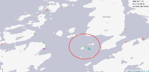 Her er oversikt fra Hendvika sent fredag kveld. Her ser du RS Erik Bye og Erik Bye Mob (lyseblå) og kranbåten Bremnes (grønn) i ute ved holmen i Hendvika hvor båten ble hevet.