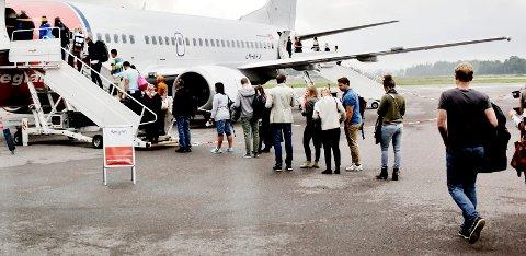 PÅ JOBB: Mens du er i et fly for å komme deg fra a til å, er de kabinansatte på jobb. Det er det mange passasjerer som ofte glemmer.