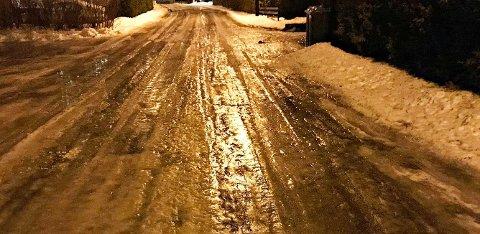 ADVARER: Brannvesenet advarer mot glatte veier i distriktet i dag, særlig på småveiene.