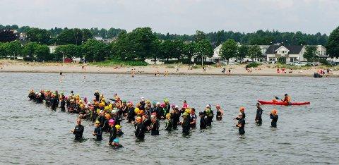 START: Tønsbergdysten er sesongstart for mange triatlonutøvere. Her gjør deltagerne seg klare til start ifjor