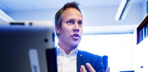 Fornøyd: Fredrikstad-ordfører Jon-Ivar Nygård er glad for å få låne regnebueflagg av både Ski og Nesodden. Foto: Fredrikstad Blad
