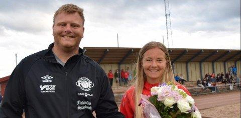 BLOMSTER: Kamilla Bruhjell (16) sammen med fotballeder Sigurd Åtland i Flekkefjord FK. Arkivfoto: Erik Thime