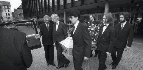 Bæres ut: Harald Sæverud døde på Mildeheimen på Hjellestad 27. mars 1992. Begravelsen fant sted i Grieghallen 6. april. Barnebarnet Erlend Mikal Sæverud er den unge mannen med lang lugg                     og sløyfe.foto: arkiv