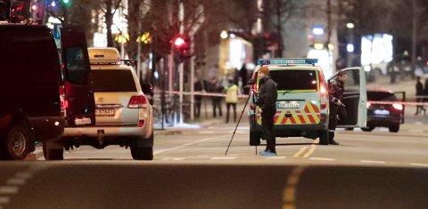 Politiet sperret av et område på Grønland i Oslo etter funn av bombeliknende gjenstand natt til søndag.