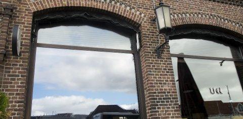Utestedet Una på Bryggen i Bergen har vært partnerbedrift i fordelsprogrammet til Lyoness i flere år og er flittig brukt som møtested for markedsførere i Lyoness-systemet. En av de norske frontfigurene i nettverket, Terje Duesund, er inne på eiersiden i sjenkestedet.
