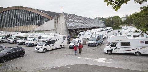 KAOS: Det hersker fullt kaos på bobilparkeringen ved bergenshallen. Altfor få plasser gir køer og parkering tett i tett. Egentlig skal det være tre meter mellom doningene. Men folk smilte likevel. FOTO: EMIL W. BREISTEIN