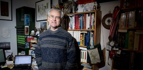 NY BOK I ERMET: Gunnar Staalesen en ny Varg Veum-bok i ermet som er planlagt utgitt i 2021. – Så lenge hodet er på plass, fortsetter jeg å skrive, sier han. I sitt 50. år som forfatter har ahn gitt ut «Uglen på loftet», en samling bergensfortellinger inspirert av Kirsten Hetlands miniatyrhus. Foto: Arne Ristesund