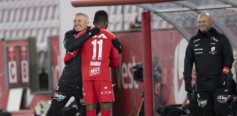Daouda Bamba fikk en god klem av Kåre Ingebrigtsen etter å ha scoret tre ganger mot Aalesund.