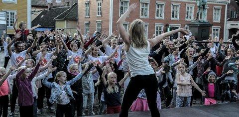 Flashmob: Pantarei danseteater med barn fra Hvaler ungdomsskole, Kulturskolen, FBUT og Studio 75 brøt ut i en flashmob-dans på fjorårets Kulturnatt. Arkivfoto: John Johansen