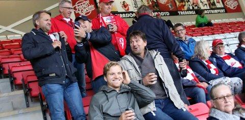 På STADION: Fredrik Wisur Hansen (foran) var på plass som FFK-supporter, da rødbuksene møtte Elverum dern 11.juni. Nå skal Selbak-gutten speide for Sarpsborg 08. Foto: Harry Johansson
