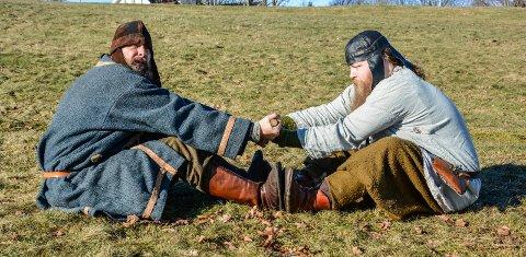 STYRKEPRØVE: Lekegoden (Jonas Berlin) og trollet (Morten Markseth) demonsterer kappleik fra vikingtida.
