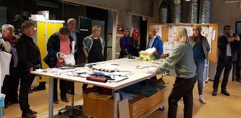 OMVISNING: Ei gruppe hadelendinger på besøk til Teater Innlandets hovedbase i det imponerende kulturhuset på Hamar, fikk interessant omvisning med teatersjef Janne Langaas.