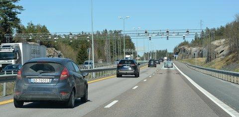 PENGEMASKIN: Selv om det tirsdag ettermiddag var en del trafikk forbi bomstasjonen på E6 Raukerud, på grensen mellom Moss og Vestby, så triller kronene for tiden betydelig saktere inn.